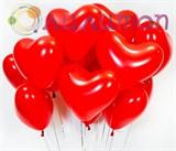Облако из воздушных шаров красных сердец